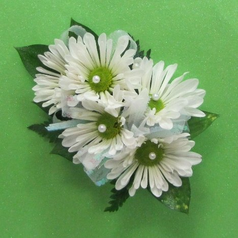 how to make a corsage with fresh daisies. Black Bedroom Furniture Sets. Home Design Ideas